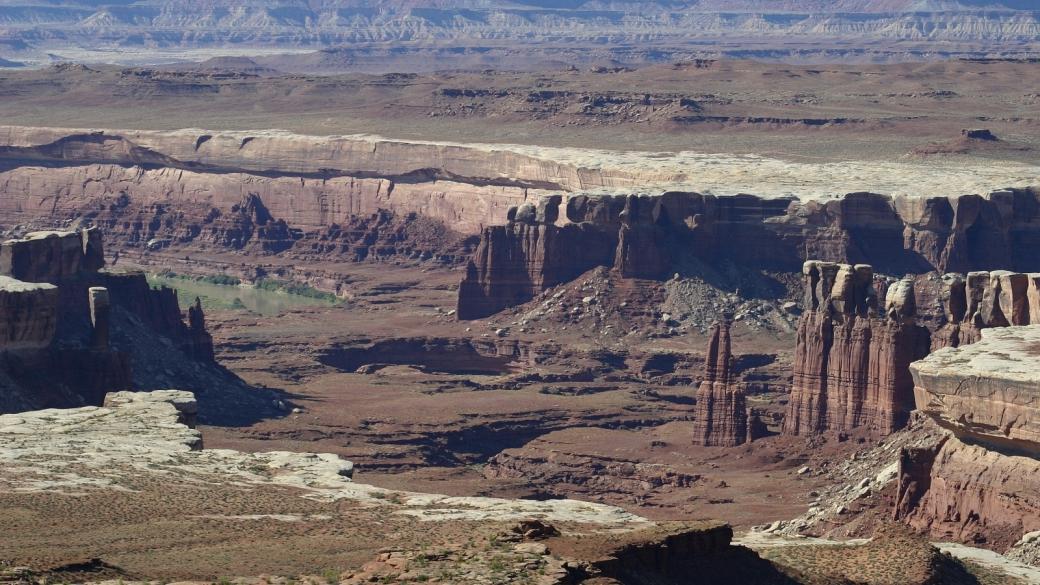 On comprend pourquoi le White Rim s'appelle le White Rim... À Canyonlands National Park, près de Moab, Utah.