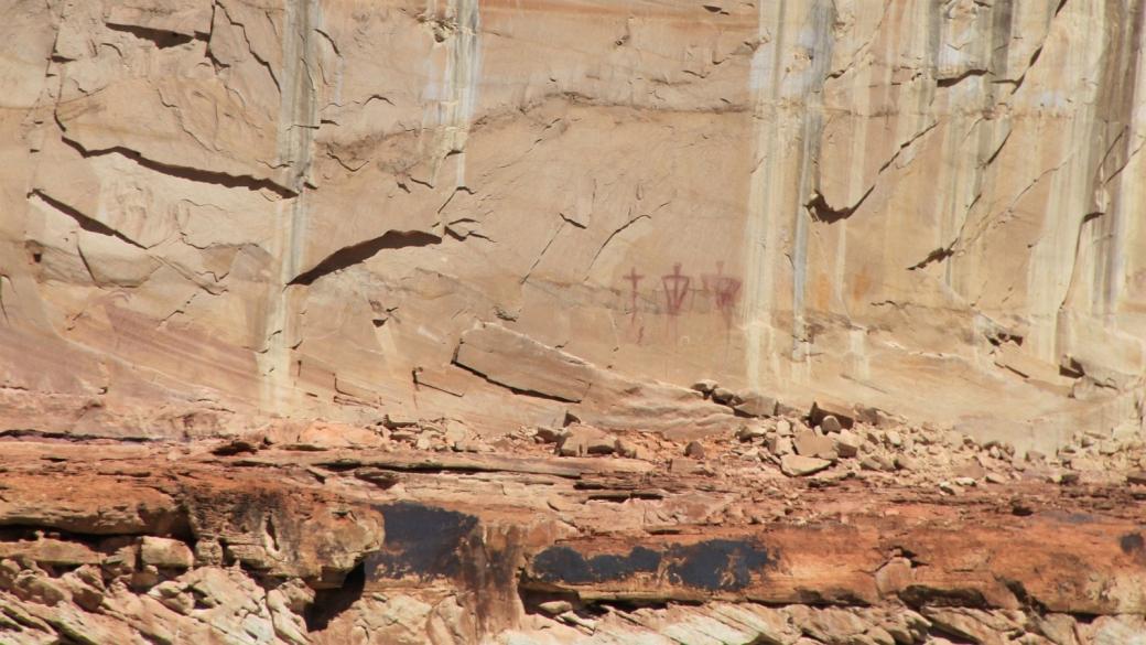 Pétroglyphes que l'on voit au loin depuis le Lower Calf Creek Falls Trail, près d'Escalante dans l'Utah.