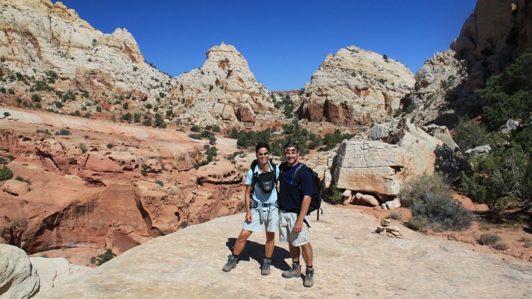 Stefano et Marie-Catherine sur le sentiel qui mène à Navajo Knobs, à Capitol Reef National Park.