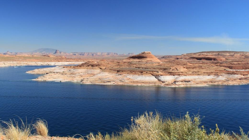 Lake Powell - A gauche, la Navajo Mountain et juste devant elle, la Tower Butte