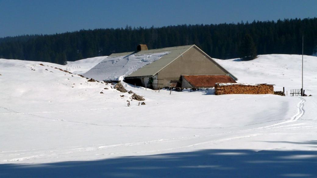 Le chalet de la Bassine en hiver. Il est sis sur la commune de Bassins.