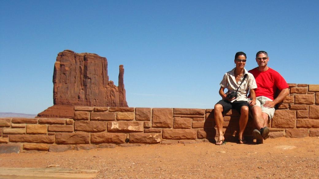 Stefano et Marie-Catherine à Monument Valley of the Gods en 2011, avec la West Mitten Butte en arrière-plan.