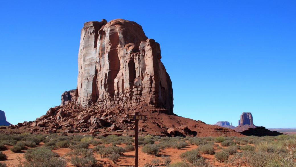 Cly Butte de Monument Valley à contre-jour.