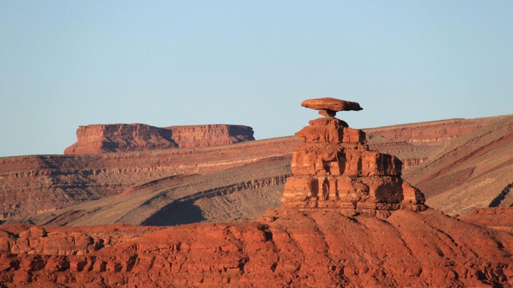 Le rocher en forme de sombrero qui a donné le nom au village de Mexican Hat.