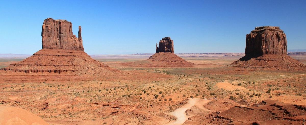 Vue sur les Mittens et la Merrick Buttede, à Monument Valley.
