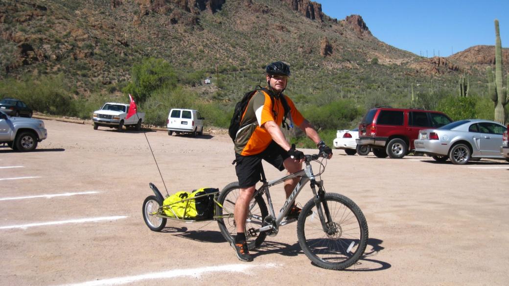 Stefano avec la remorque Bob Ibex attachée à son vélo.