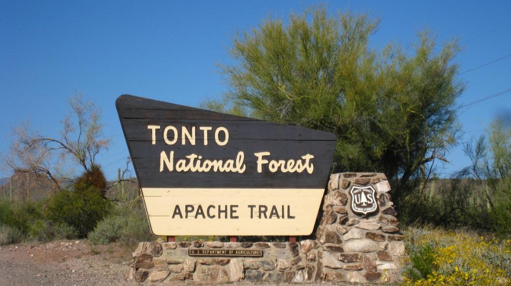 Panneau au départ du Apache Trail, près de Apache Junction, dans l'Arizona.