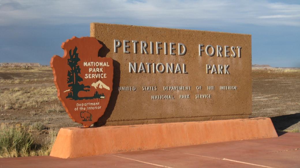 Panneau à l'entrée nord du parc de Petrified Forest National Park.
