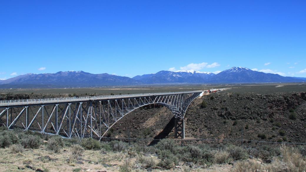 Vue sur le Rio Grande Gorge Bridge depuis le Rio Grande Gorge Rest Area, près de Taos au Nouveau-Mexique.