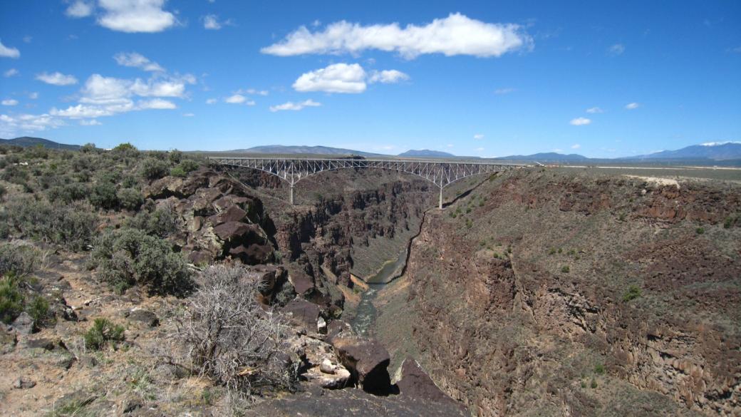 Vue sur le Rio Grande Gorge Bridge depuis le West Rim Trail, près de Taos au Nouveau-Mexique.