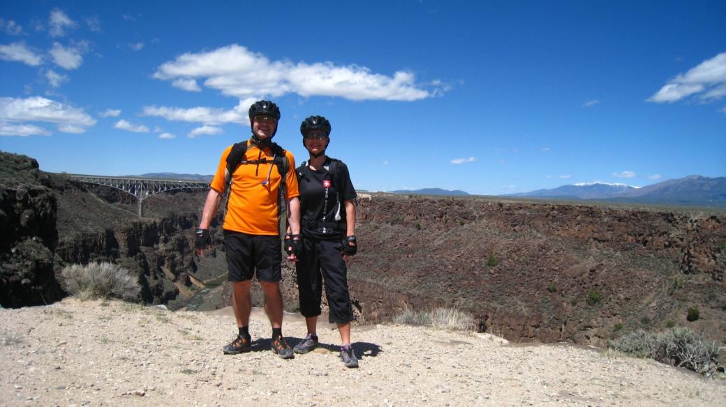 Stefano et Marie-Catherine avec en arrière-plan le Rio Grande Gorge Bridge, près de Taos au Nouveau-Mexique.