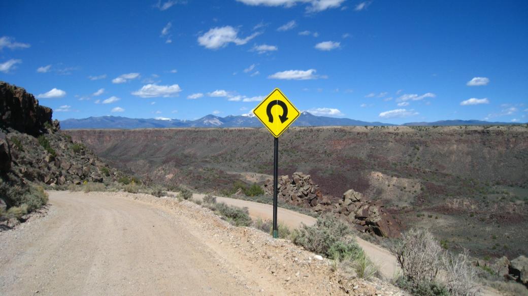 Virage en épingle à cheveux sur la NM-567, un piste qui permet de traverser le Rio Grande, près de Taos, au Nouveau-Mexique.