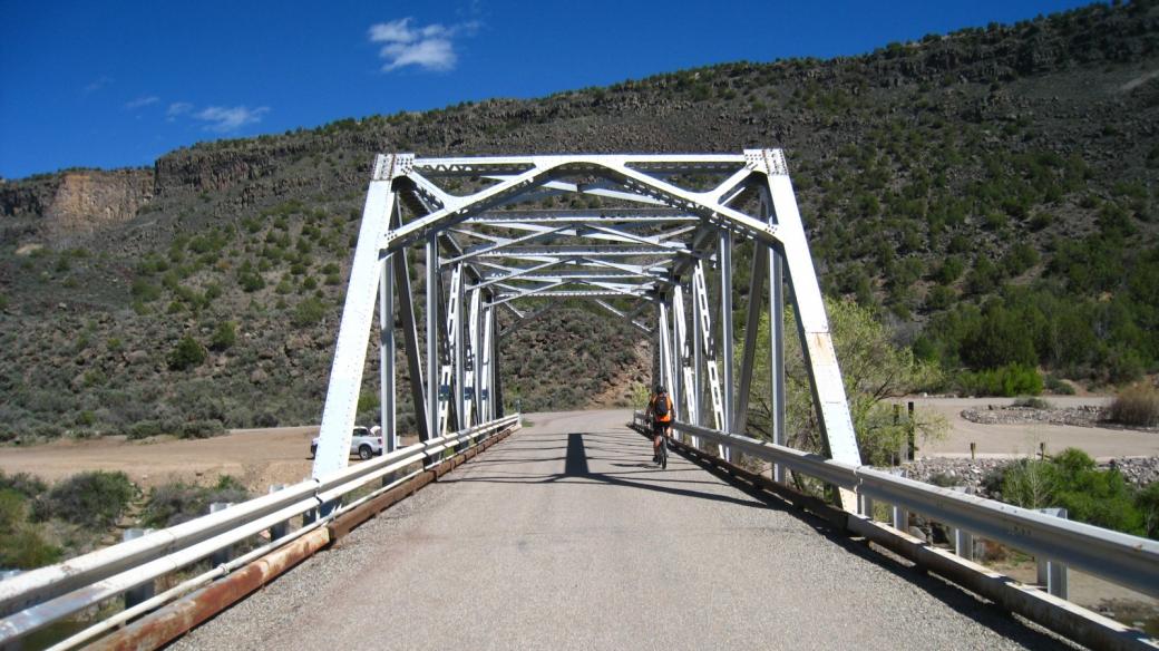 Stefano sur le pont qui traverse le Rio Grande, près de Taos, au Nouveau-Mexique.