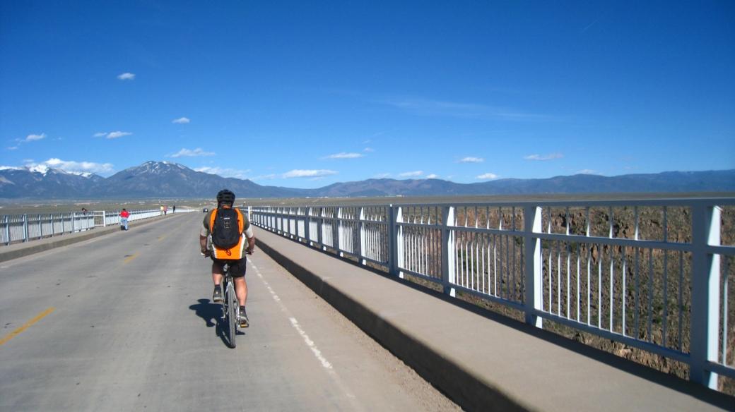 Stefano traversant à vélo le Rio Grande Gorge Bridge, près de Taos au Nouveau-Mexique.