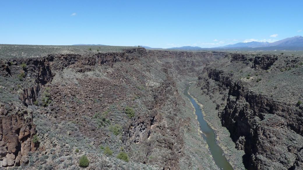 Vue sur le Rio Grande Gorge en amont du Rio Grande Gorge Bridge, près de Taos au Nouveau-Mexique.