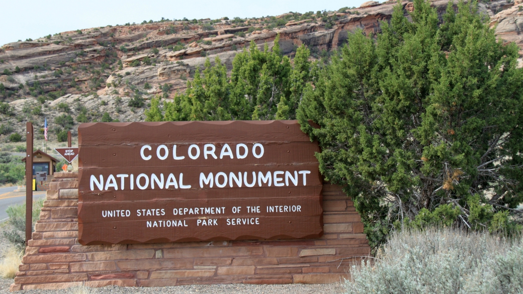 Voici le panneau situé à l'entrée du Colorado National Monument, près de Fruita, dans le Colorado.