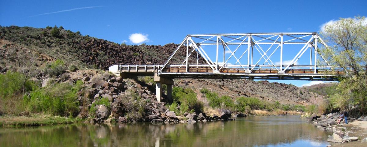 Le pont de la NM-567 qui traverse la Rio Grande Gorge, près de Taos, au Nouveau-Mexique.