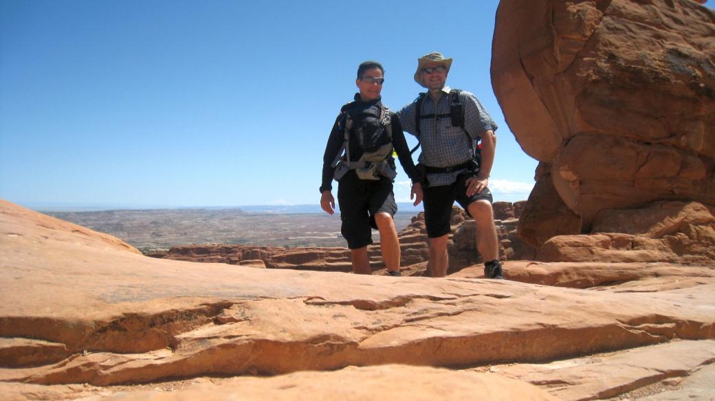 Stefano et Marie-Catherine quelque part sur le Devil's Garden Primitive Loop, à Arches National Park, Utah.