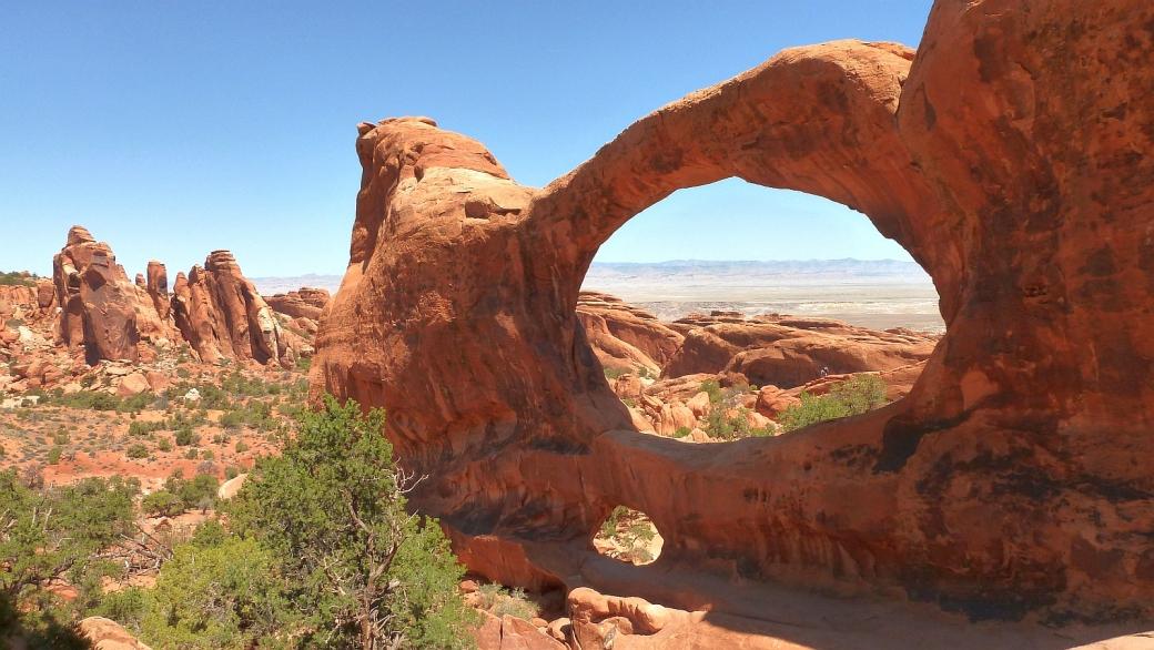 Magnifique vue sur Double O Arch, à Devil's Garden. Arches National Park, Utah.