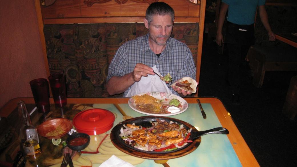 Stefano en train de manger des fajitas au restaurant Fiesta Mexicana de Moab.