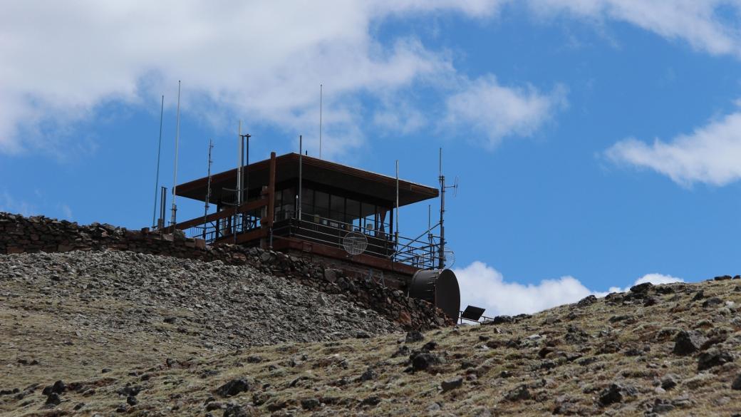 """Le """"fire lookout"""", ou poste de guet, du Mount Washburn, à Yellowstone National Park."""