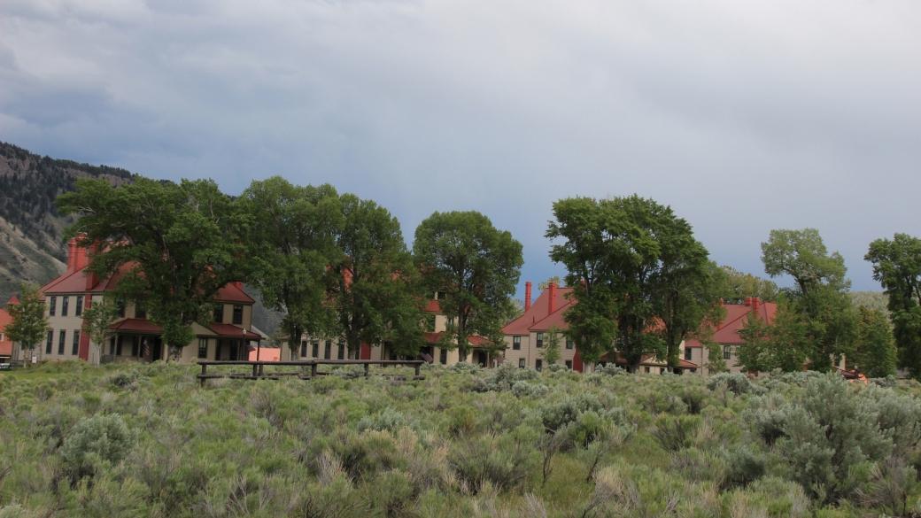 Les bâtiments des officiers de Fort Yellowstone à Mammoth Hot Springs, construits à l'époque où le parc était géré par l'armée. À Yellowstone National Park.