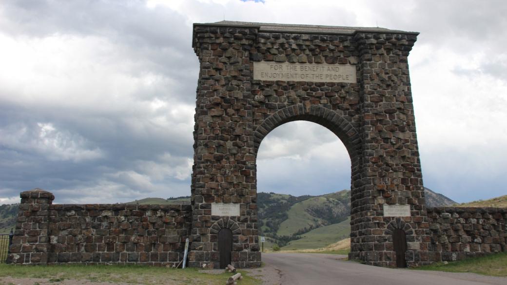 Roosevelt Arch, dont la première pierre a été posée par le President Theodore Roosevelt en 1903, à l'entrée nord de Yellowstone National Park, près de Gardiner, Montana.