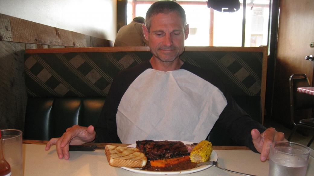 Stefano devant un bon steak de 16 oz (450 g). Au Raven Grill, à Gardiner, Montana.