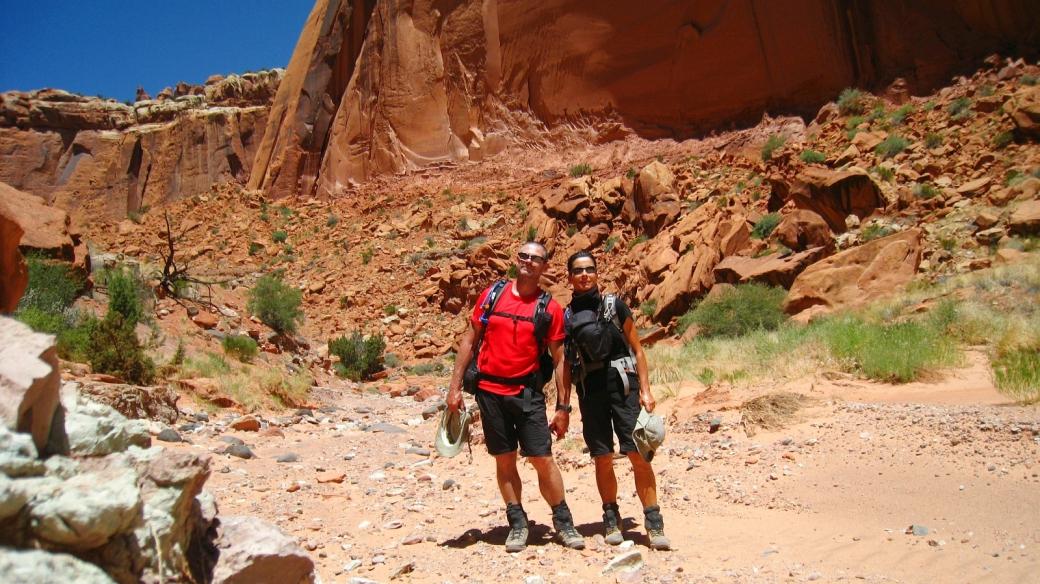 Stefano et Marie-Catherine quelque part dans Spring Canyon, à Capitol Reef National Park, dans l'Utah.