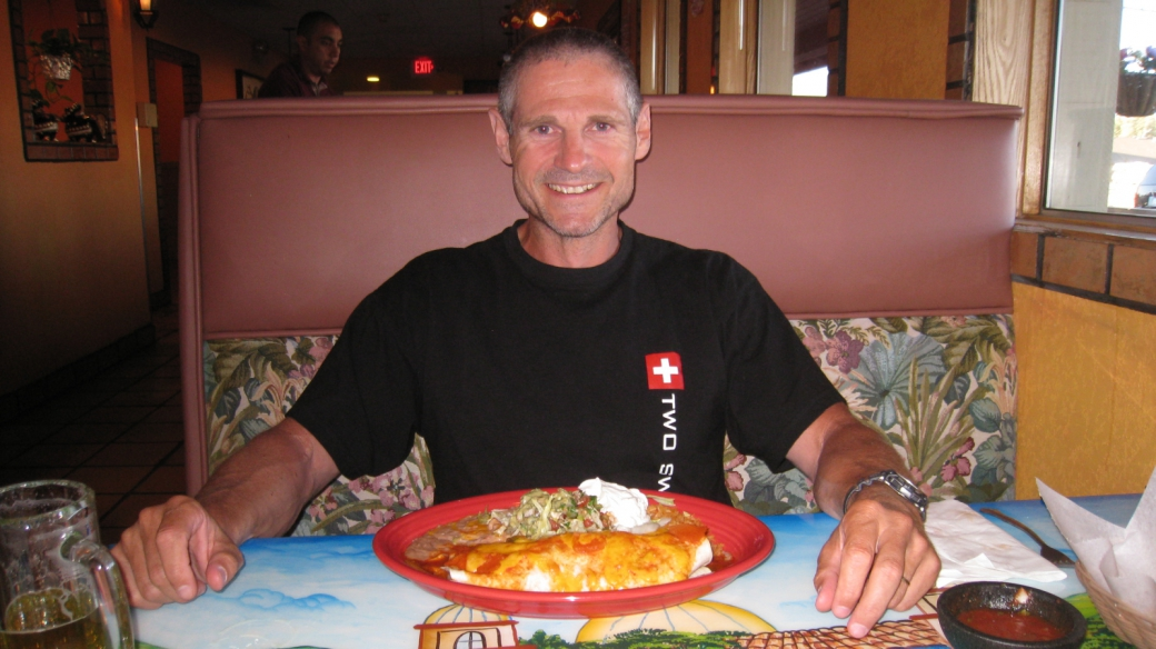Stefano devant son Deluxe Burrito au restaurant Plaza Bonita de Tusayan, près du Grand Canyon.
