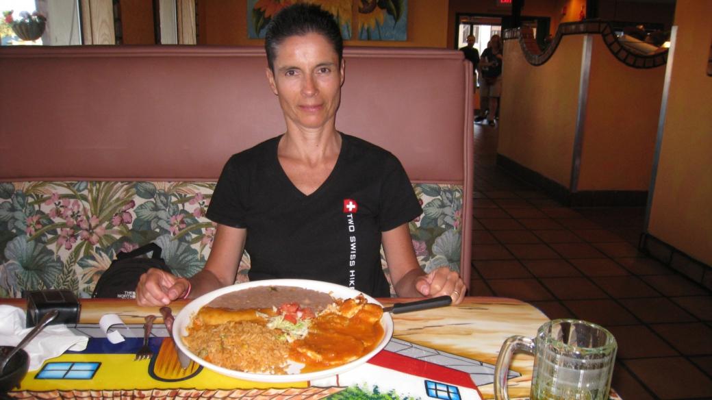 Marie-Cathernie devant son Deluxe Burrito au restaurant Plaza Bonita de Tusayan, près du Grand Canyon.