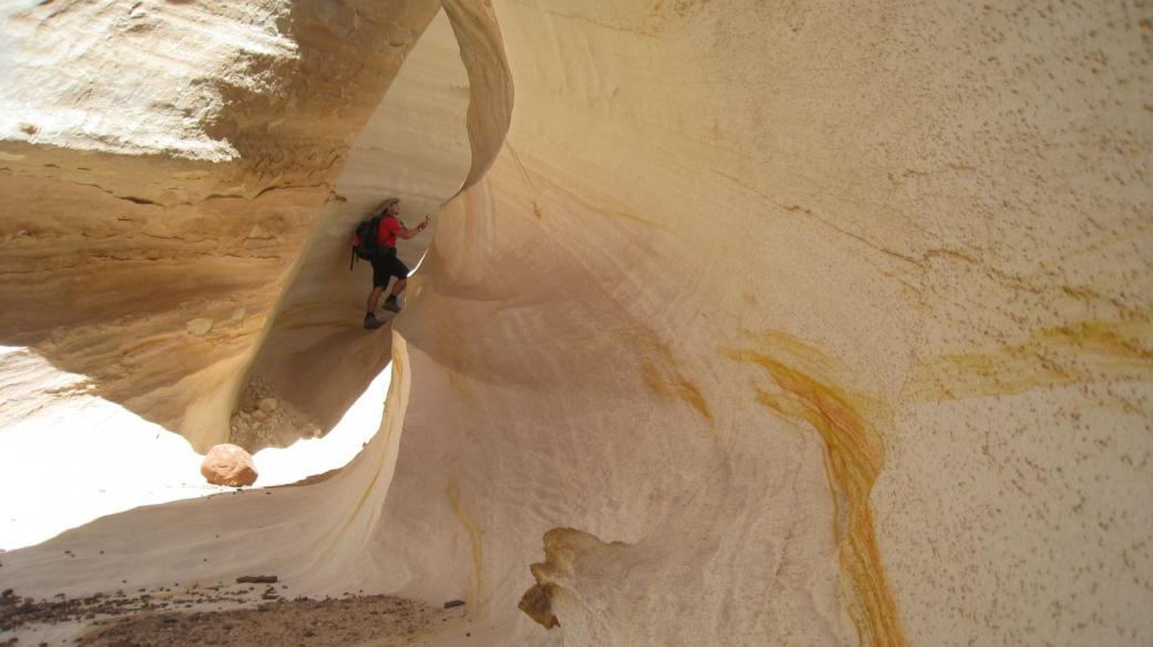 Stefano dans le Nautilus, ce tunnel creusé par l'eau et le vent, qui rappelle une coquille d'escargot. Près de Kanab, Utah.