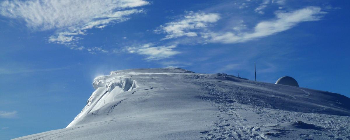 Vue sur la radôme de La Dôle en hiver.