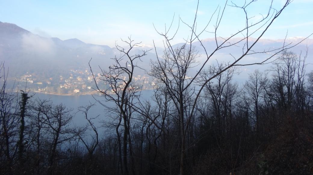 Le lac de Lugano; au fond, Brusimpiano