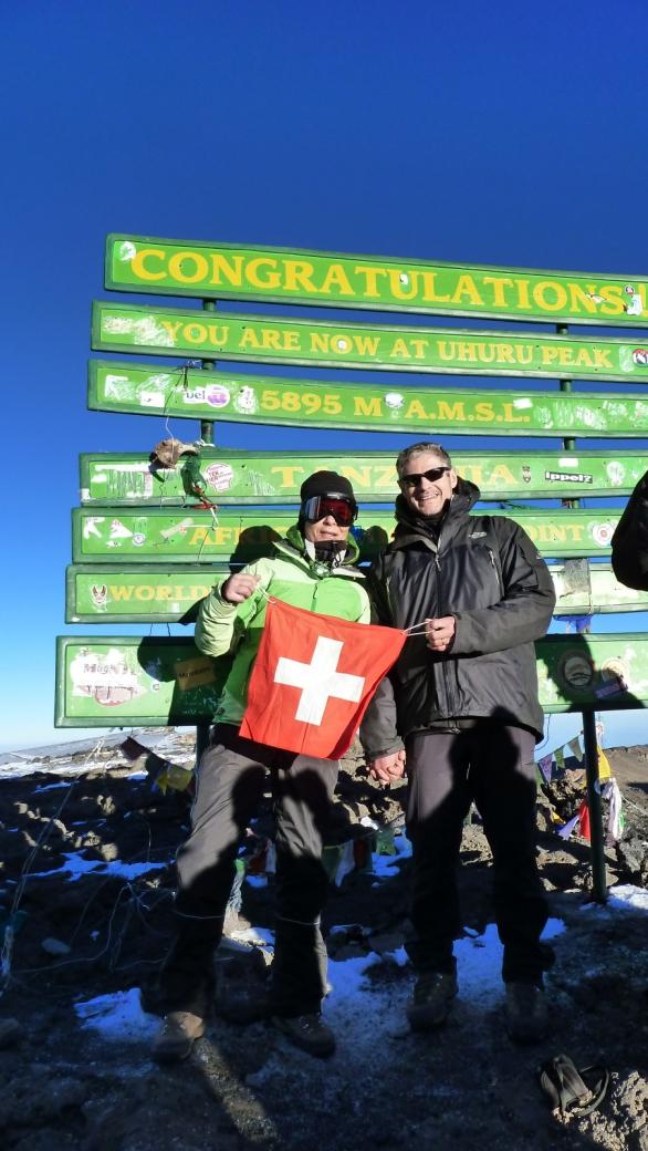 Stefano et Marie-Catherine, les deux randonneurs suisses, au sommet du Kilimandjaro, le samedi 23/2/2013.