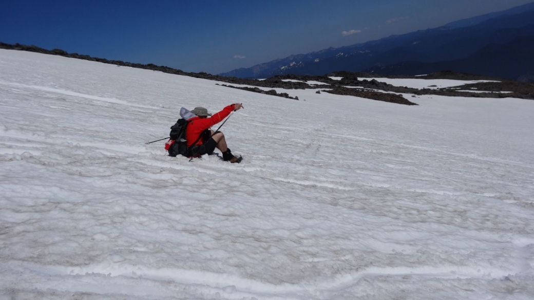 Descente du Muir Snowfield sur les fesses, au Mount Rainier National Park.