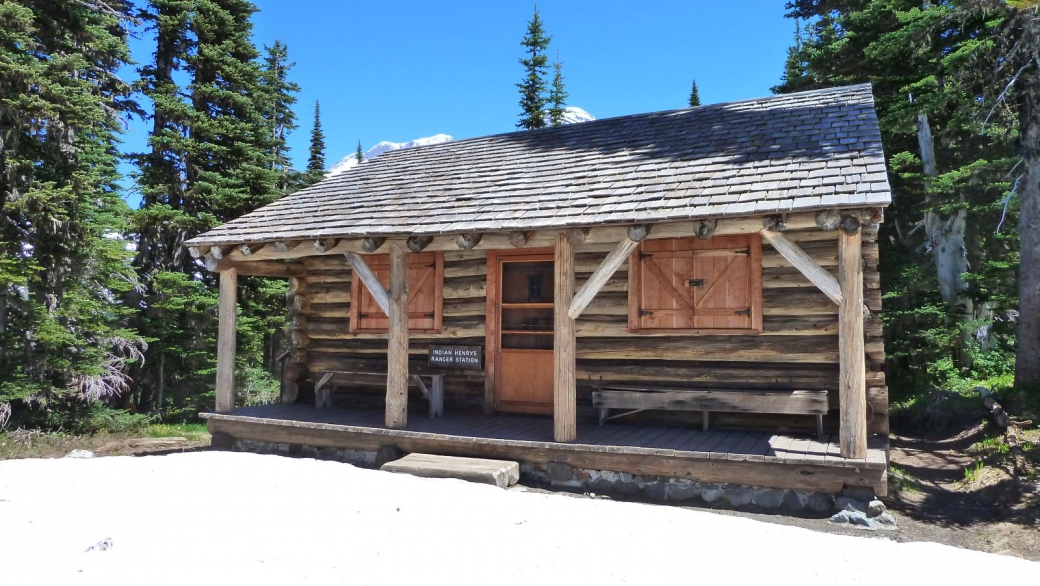 Belle vue sur Indian Henry's Patrol Cabin, un refuge construit en 1915-1916. Au Mount Rainier National Park.