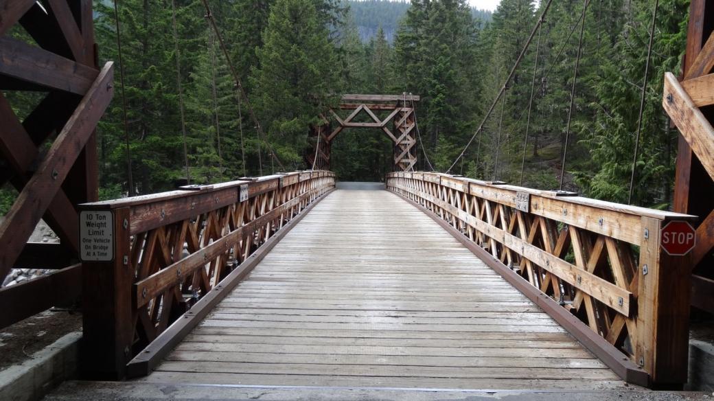 Le pont suspendu en bois sur la Nisqually River de Longmire, au Mount Rainier National Park.