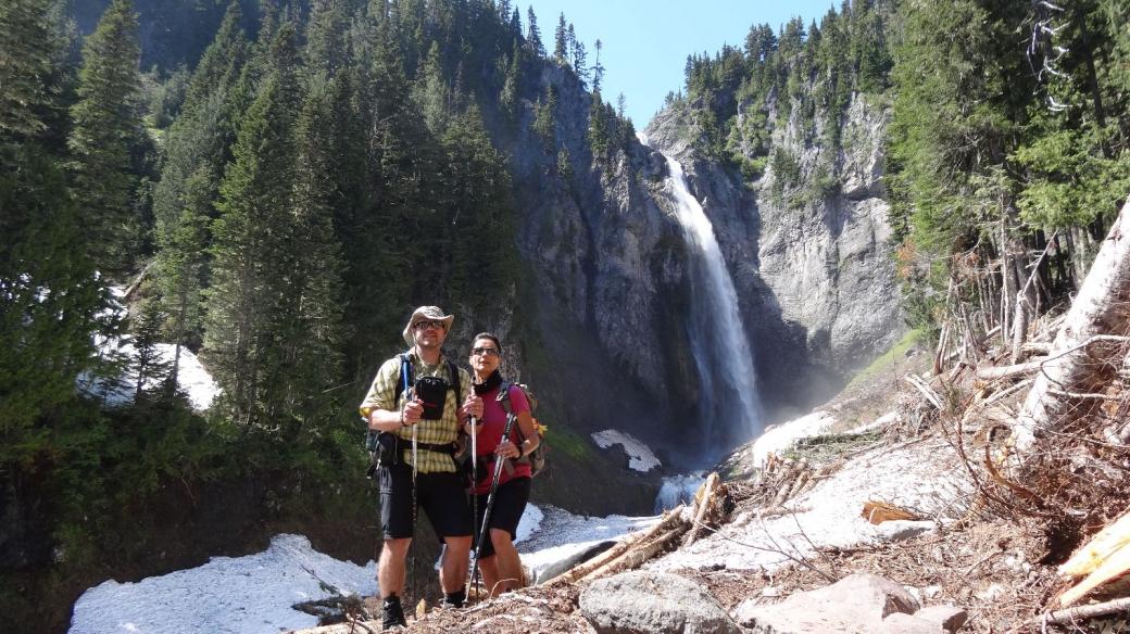 Stefano et Marie-Catherine avec les Comet Falls en décor naturel. Au Mount Rainier National Park.