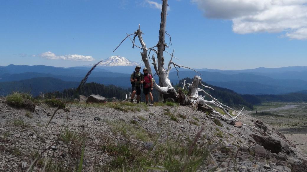 Stefano et Marie-Catherine du côté de la Muddy River, au Mont Saint Helens. En arrière-plan, le Mount Hood.