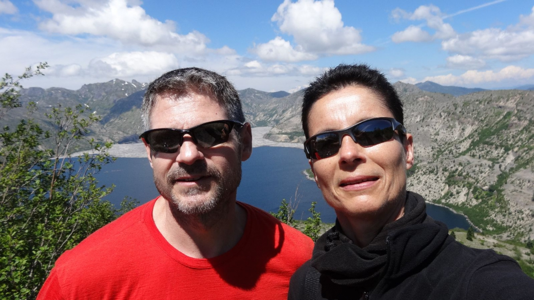 Stefano et Marie-Catherine à Windy Ridge, avec le Lake Spirit en arrière-plan.