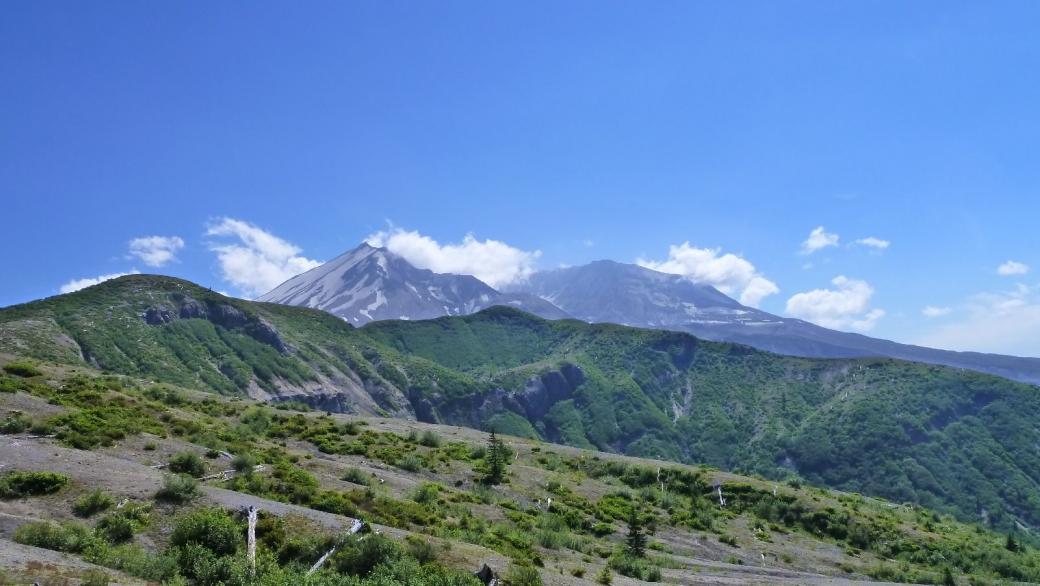 Vue sur le Mount St. Helens après avoir quitté Windy Ridge.