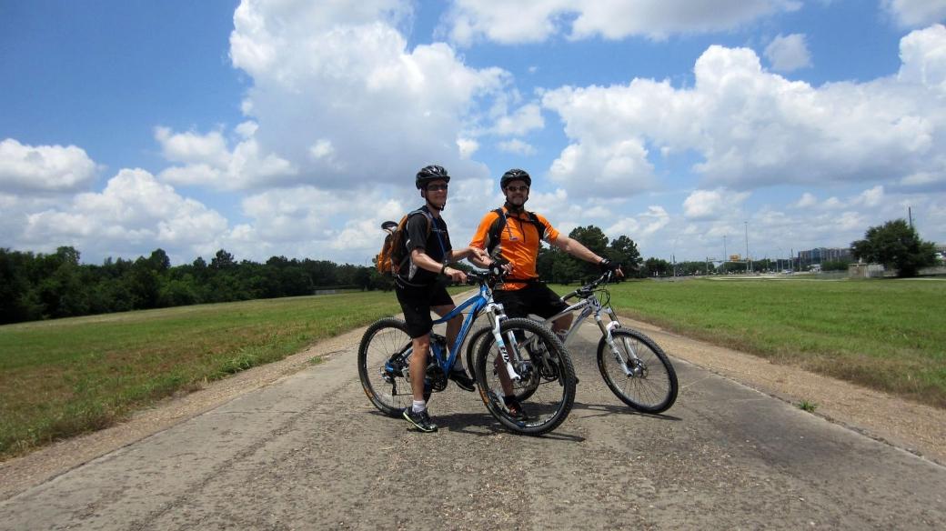 Stefano et Marie-Catherine à vélo, en allant vers Baker Clodine Road à Houston, Texas.