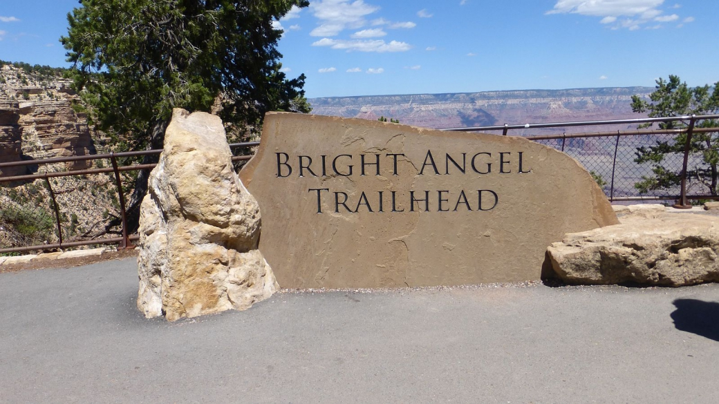 Panneau au départ du mythique Bright Angel Trail, au Grand Canyon National Park, Arizona.