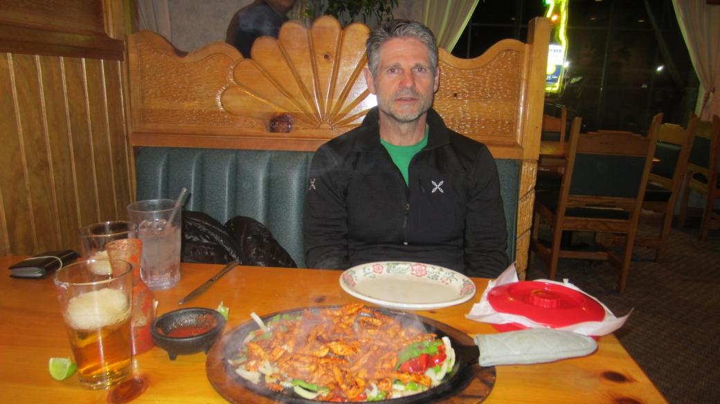 Stefano devant une copieuse portion de fajitas au Tequila's Mexican Restaurant, à Farmington.
