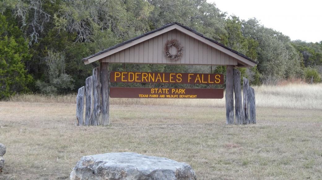 Panneau à l'entrée du parc de Pedernales Falls State Park, au Texas.