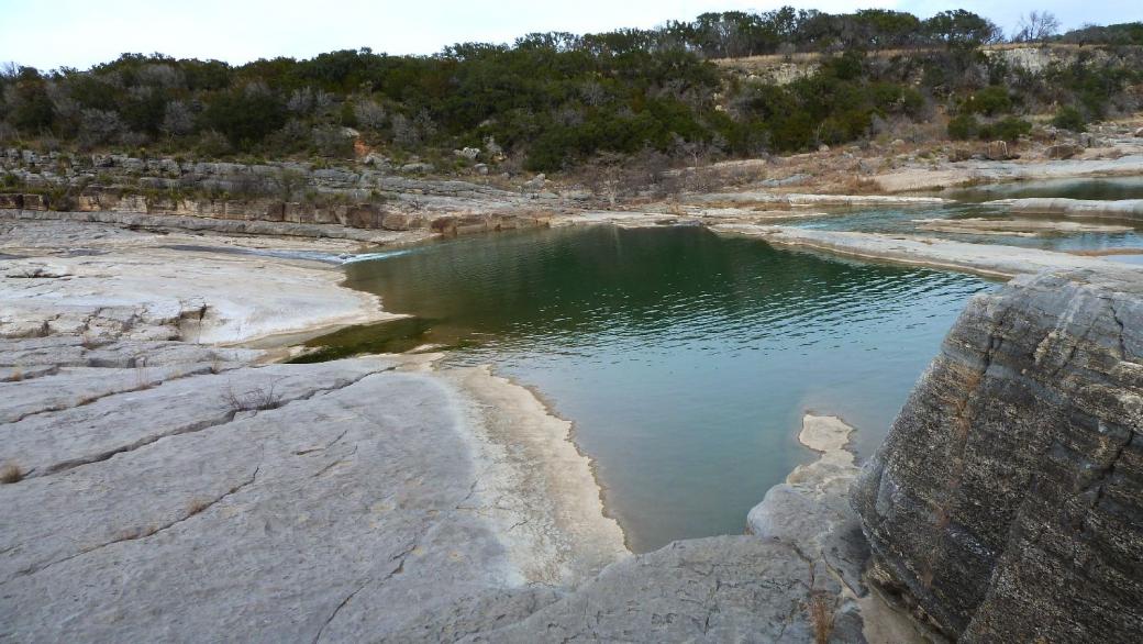 Vue sur le Pedernales River, à l'intérieur du Pedernales Falls State Park, au Texas.