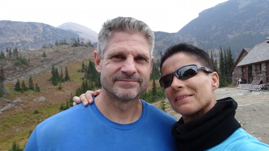 Stefano et Marie-Catherine devant le Granite Park Chalet à Glacier National Park, Montana.