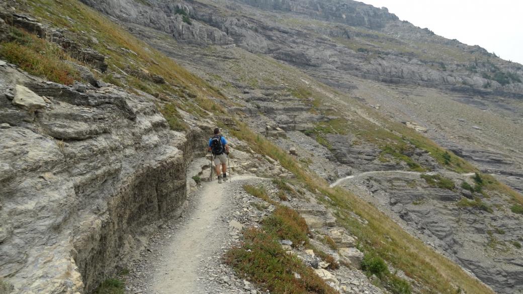 Stefano sur le Highline Trail en direction de Logan Pass. À Glacier National Park, Montana.