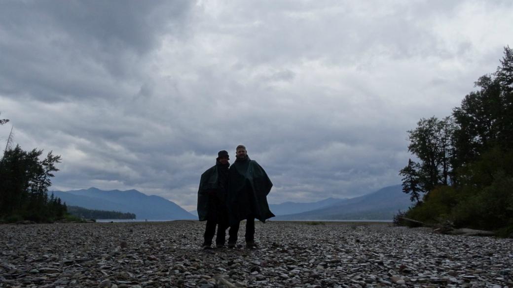 Derrière Stefano et Marie-Catherine, se cache le McDonald Lake. Près de Apgar, à Glacier National Park, Montana.